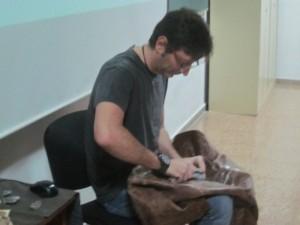El arqueólogo Mariano López tallando sílex.