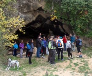 La excursión comenzó visitando el yacimiento paleontropológico de Cueva Negra