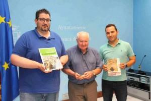 El profesor Walker con Oscar Martínez y Antonio Muñoz.
