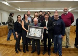 El profesor Walker acompañado por miembros de la Asociación Mupantquat